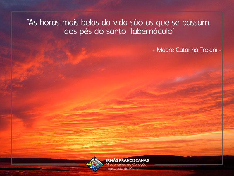 """""""As horas mais belas da vida são as que se passam aos pés do santo Tabernáculo"""""""
